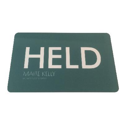 Maite Kelly Held Frühstücksbrettchen petrolgrün